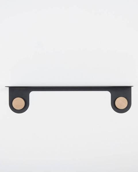 Gazzda Nástenná čierna polica z ocele s detailom z dubového dreva s 2 háčikmi Gazzda Hook, dĺžka 60cm